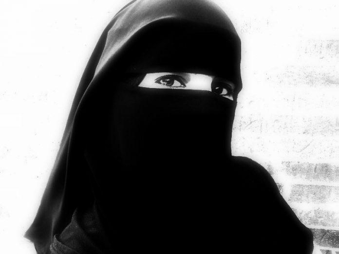 Kajian Islam: Batalkah Shalat Wanita Yang Terlihat Rambutnya?
