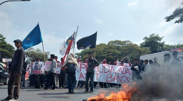 Aksi Demo Bakar Ban dan Begini Demonstrasi Dalam Islam