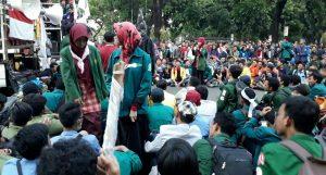 Aksi Demo Bakar Ban dan Pandangan Islam Tentang Demonstrasi