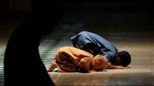 Kisah Ayah Gantikan Wisuda Anaknya dan Sosok Ayah Teladan Menurut Islam