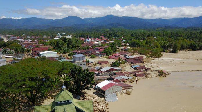 Korban Banjir Luwu Utara Belajar di Pengungsian