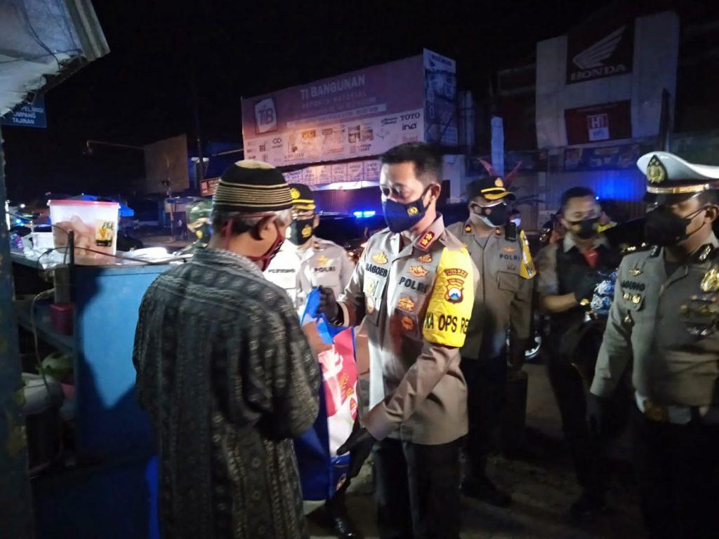 Polisi Borong Dagangan 1