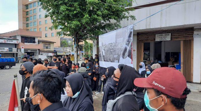 Relawan Sembari Gelar Aksi Unjuk Rasa Damai